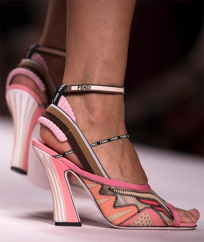 女性的なピンクのサンダルだが、スポーツ素材を使うことで新鮮な印象をもたらしている