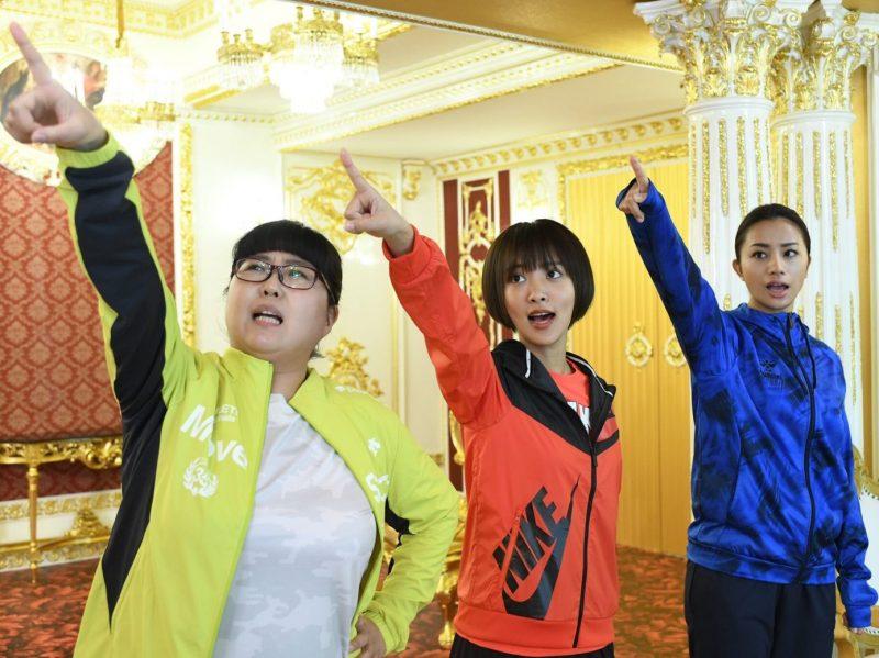 小林きな子、夏菜、高橋メアリージュンが出演する『人生が楽しくなる幸せの法則』のシーン