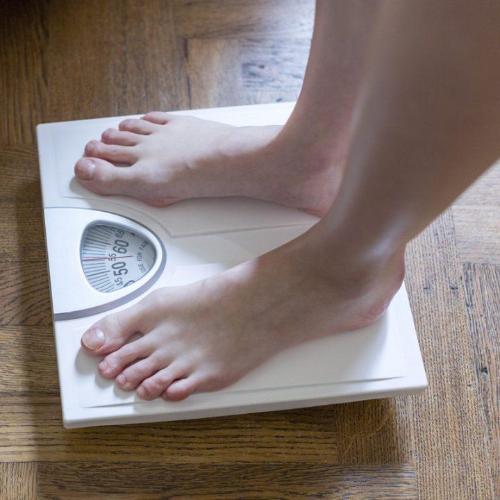 体重計に乗っている両足