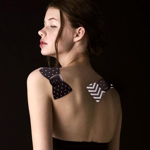 ルルド シェイプアップリボンチャージを背中に貼っている女性