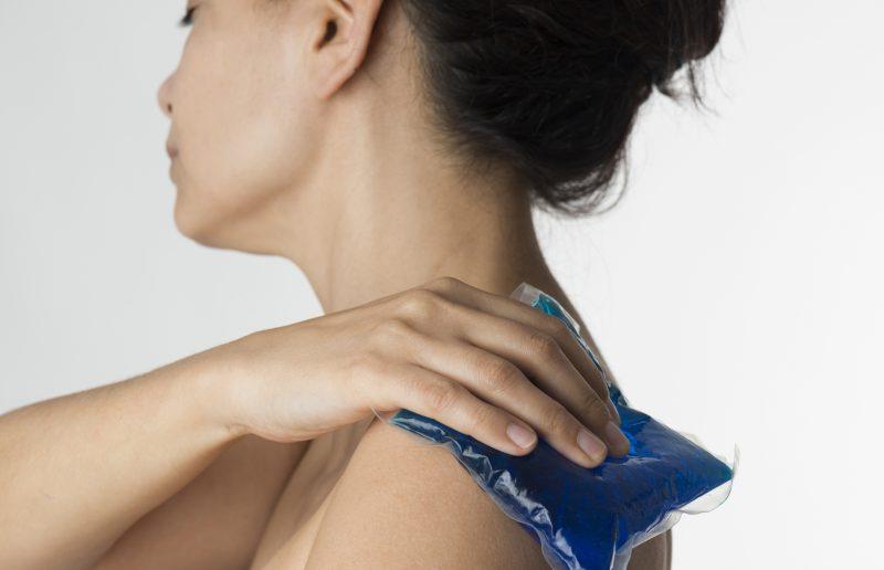 肩など乾燥する部位に冷却パッドを当てる女性