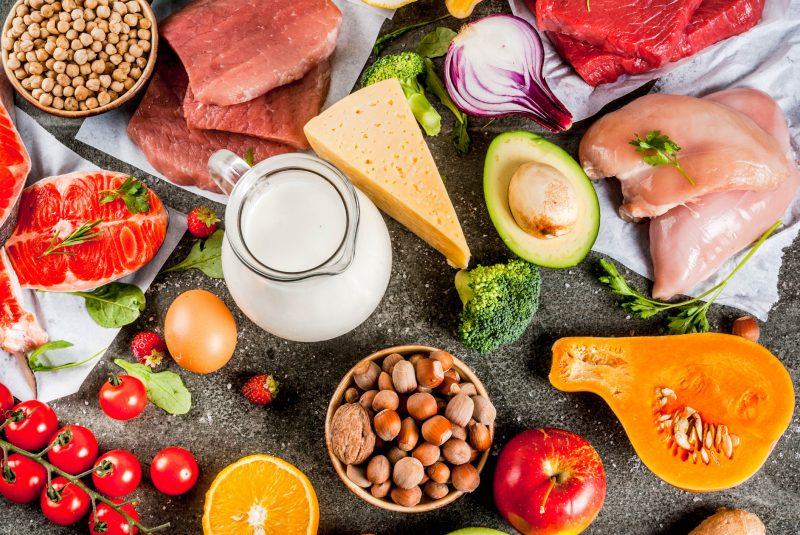 アミノ酸を多く含む食品。肉、魚、乳製品などがならんでいる