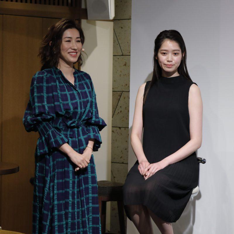ヘア&メイクアップアーティストの長井かおりさんとメイクデモンストレーションを受ける女性