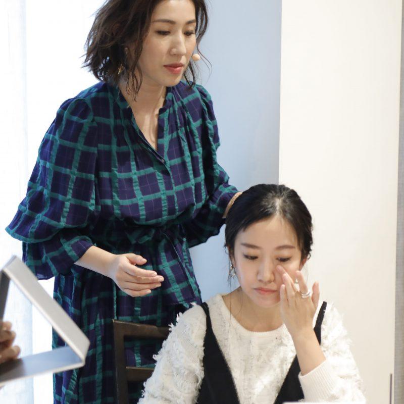 ヘア&メイクアップアーティストの長井かおりさんが女性にメイクを指南している
