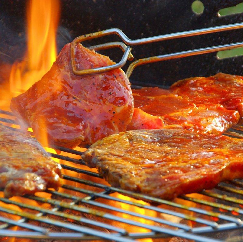 トングで肉を焼いている