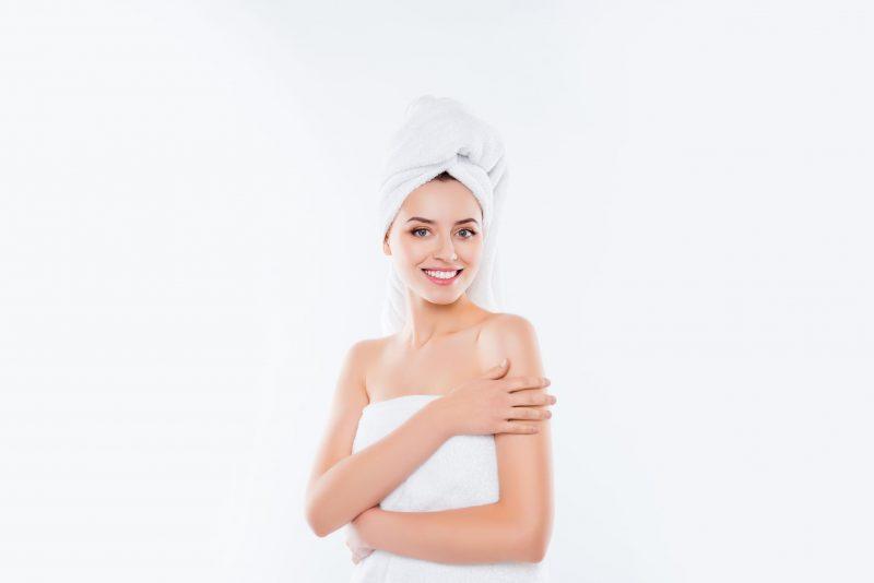 風呂上がりにクリームを塗っている女性