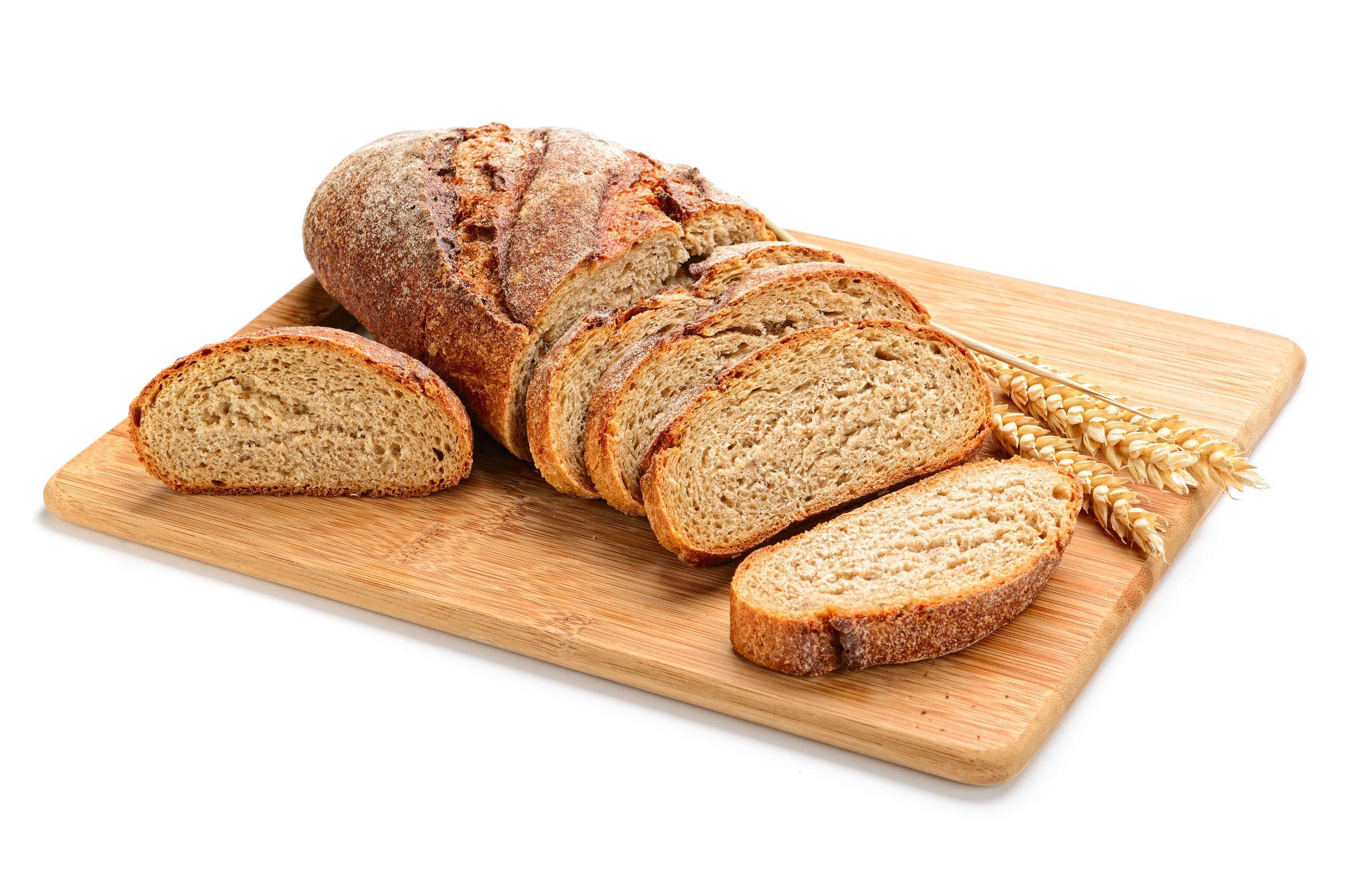 ライ麦パンがカットボードにのっている