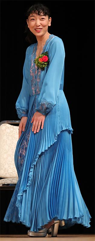 鮮やかな青いプリーツドレスを着た安藤サクラ