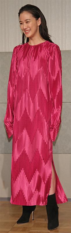 光沢のある濃いピンク色のワンピースを着た蒼井優