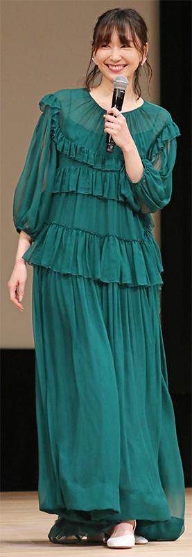 深いモスグリーンのフリルが付いたドレスを着た新垣結衣