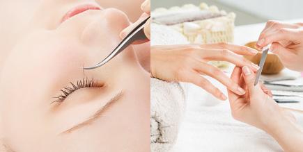 まつ毛エクステンションとネイルの施術を受ける女性