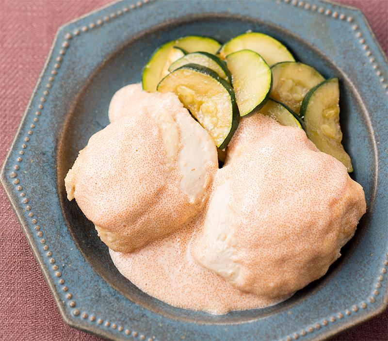 鶏むね肉のたらこマヨネーズにズッキーニと一緒に盛り付けられている