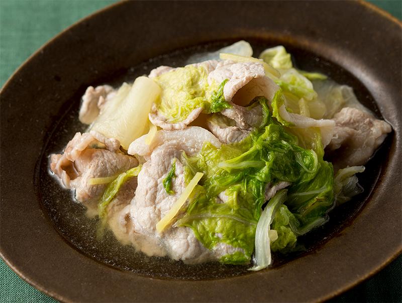 深めのお皿に盛り付けられた豚肉と白菜のさっと煮