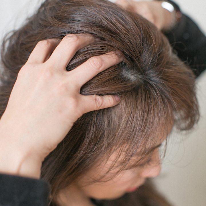 久優子さんが頭皮マッサージを実演。頭の上から撮った写真
