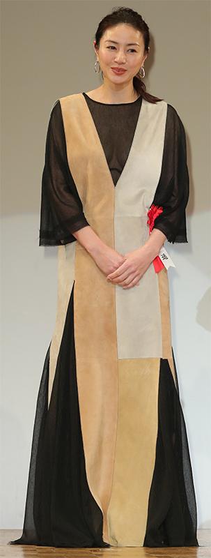 黒、茶、ベージュ3色の切り替えが特徴的なドレスを着た井川