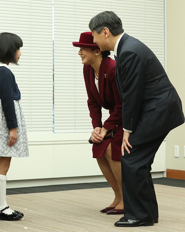 受賞した子供に話しかけられる皇太子さまと雅子さま