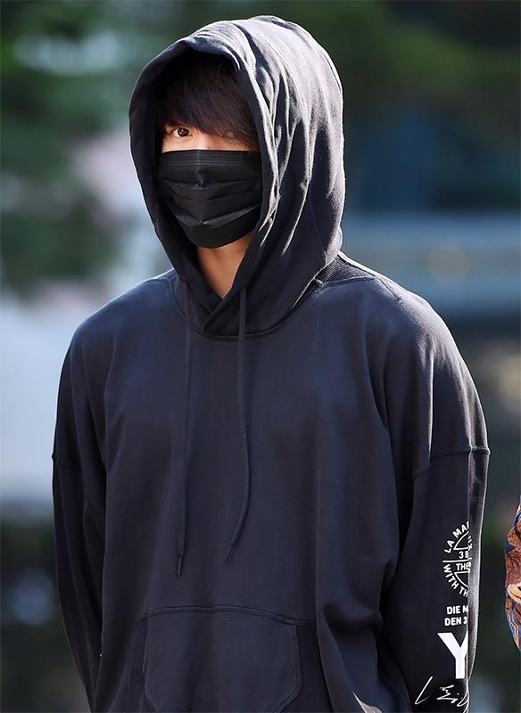 黒マスクに黒スエット姿で移動している