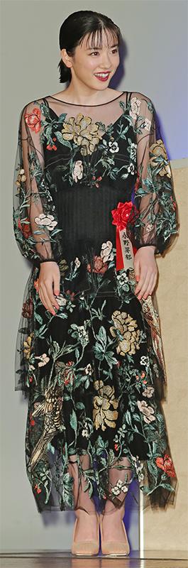 黒い透け感のあるワンピースに、ボタニカル模様の刺繍が施されているドレスを着た永野