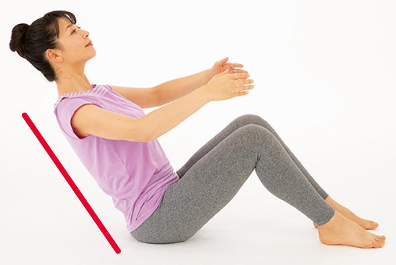 座った姿勢から、背筋を伸ばしたままの姿勢で倒れる女性