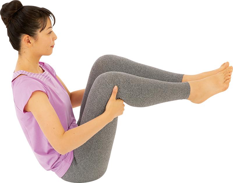 ひざ裏を持ち、お尻だけで座っている女性