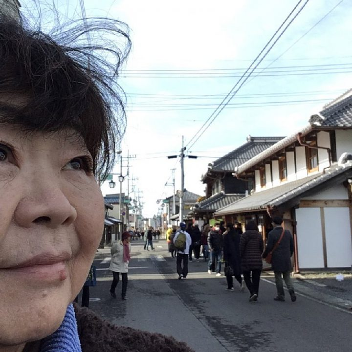 桜川市の街を歩き自撮りをするオバ記者