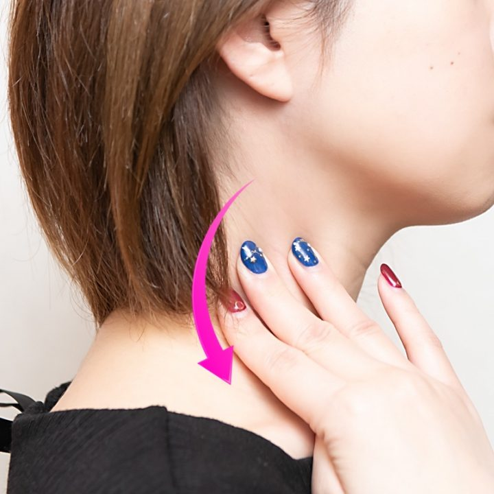 首のリンパを流すマッサージのイメージ写真