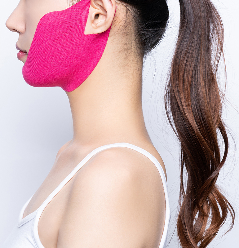 女性がリフティングマスクを着用している