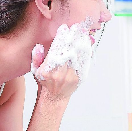 『NATURE & CLAY しっとりせっけん』で洗顔している女性