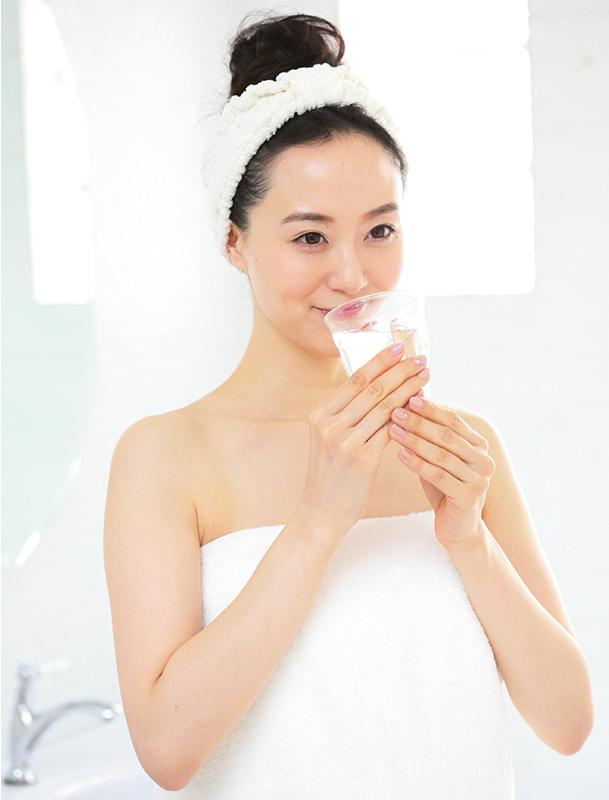 風呂上がりに水を飲む女性