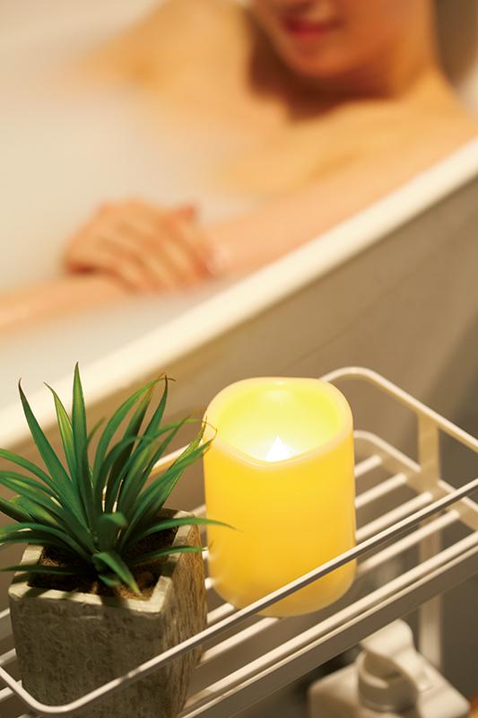 キャンドルタイプの照明を浴室に置いている写真