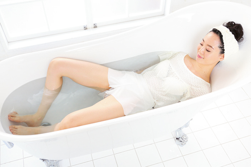 湯船に使った女性が両ひざを開いている