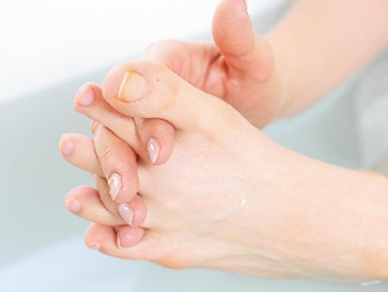 足の指に手の指をはさんでいる