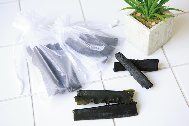 袋に入った炭と昆布