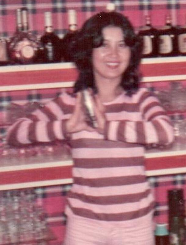 21才のころの上野さんの写真。バーカウンターでバーテンのようにシェーカーを振っている