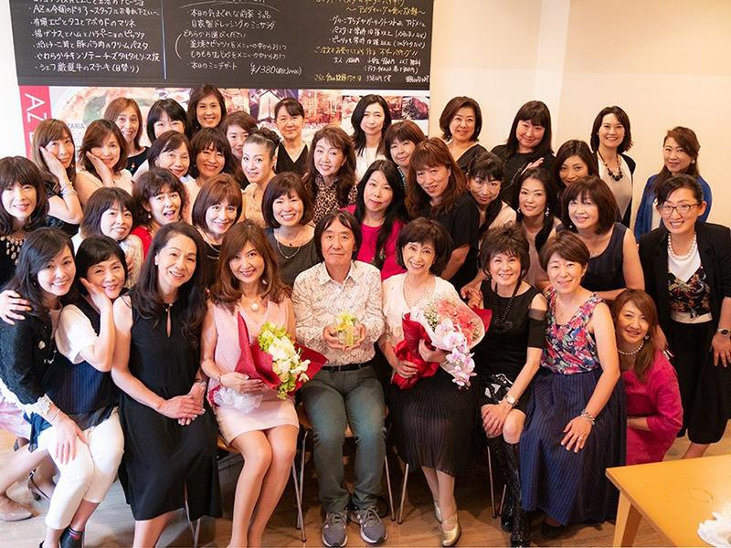 大勢の参加者と笑顔で記念写真を撮る上野さん