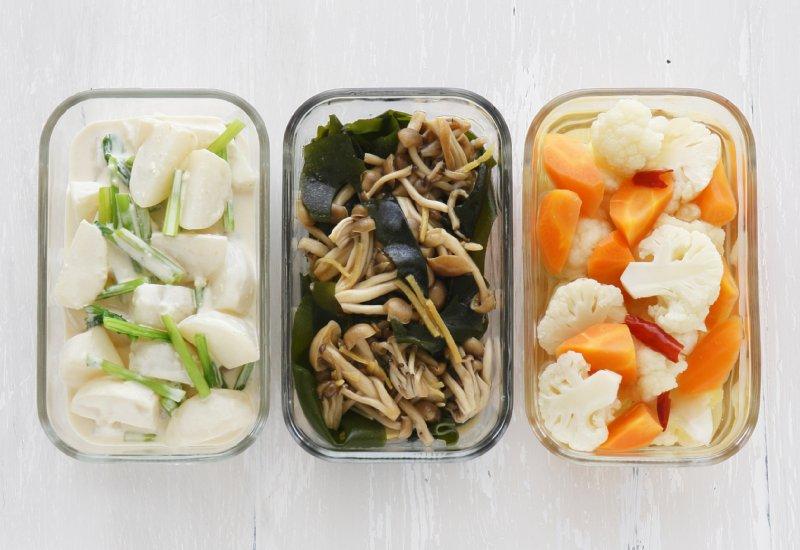 冷凍ストックされた野菜などの保存容器が並んでいる