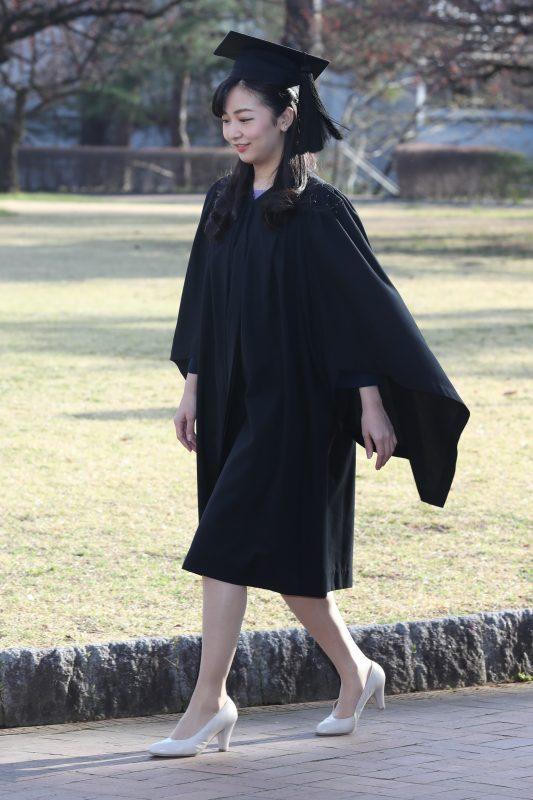 黒い大角帽とガウンを着てキャンパスを歩く佳子さま