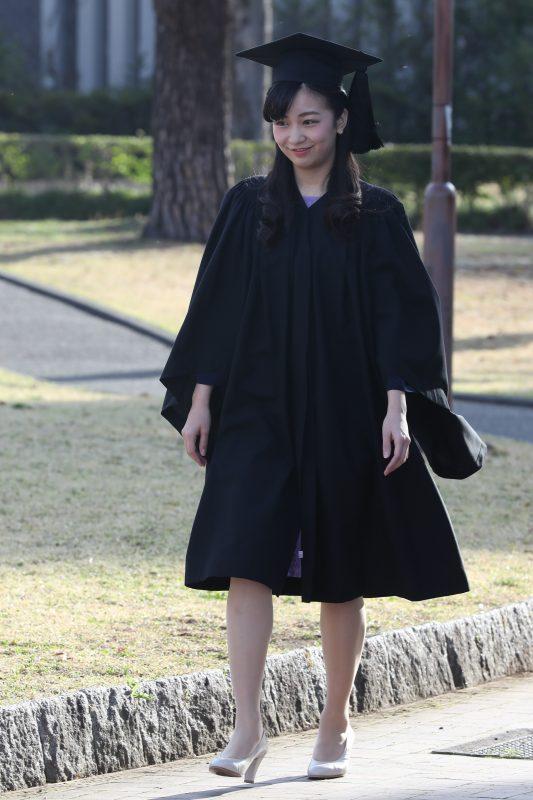 黒い大角帽とガウンを着て笑顔で歩かれる佳子さま
