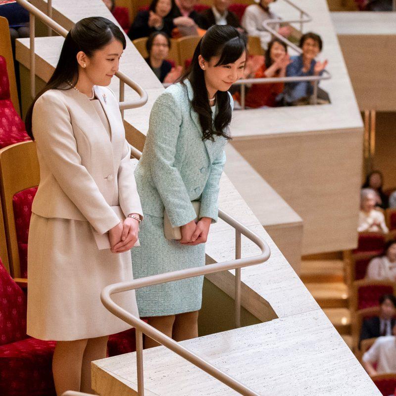ピンクのスーツの眞子さま、ブルーのスーツ姿の佳子さまが客席に挨拶をしている