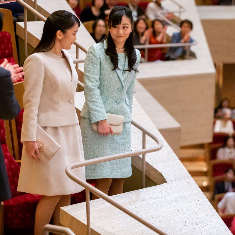 ピンクのスーツの眞子さま、ブルーのスーツ姿の佳子さまが立ち上がって会場に会釈をされている