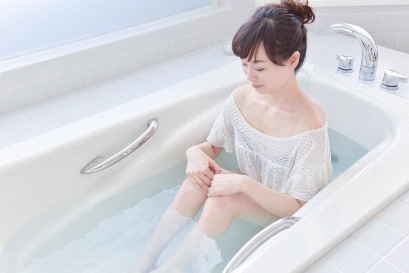 右手で右膝、左手で湯船に浸かり、左膝を外側に向かって押し開き、脚は内側に向かって閉じる