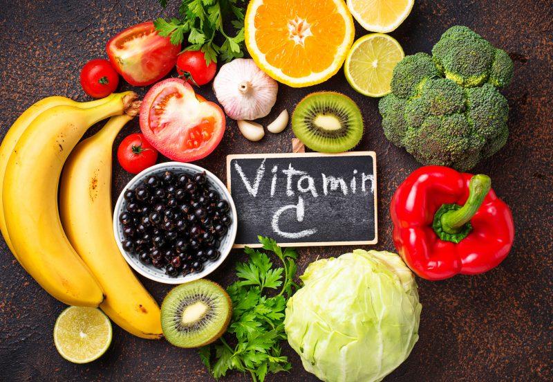 ビタミンCと黒板に書かれた周りに含有する野菜や果物などが並んでいる