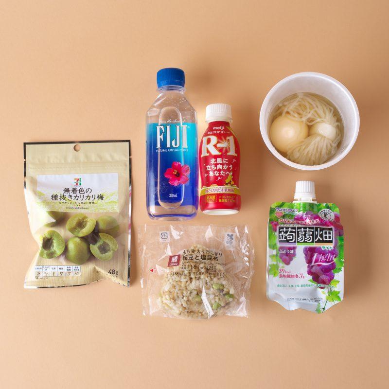 セブン−イレブンの種抜きカリカリ梅と明治のプロビオヨーグルト R-1 ドリンクタイプとセブン−イレブンのおでんのつゆだく白滝75円、こだわりたまご90円とインターパイロンのFIJI WATER 330mlとマンナンライフのクラッシュタイプの蒟蒻畑ライト ぶどう味とローソンのもち麦入りおにぎり 枝豆と塩昆布