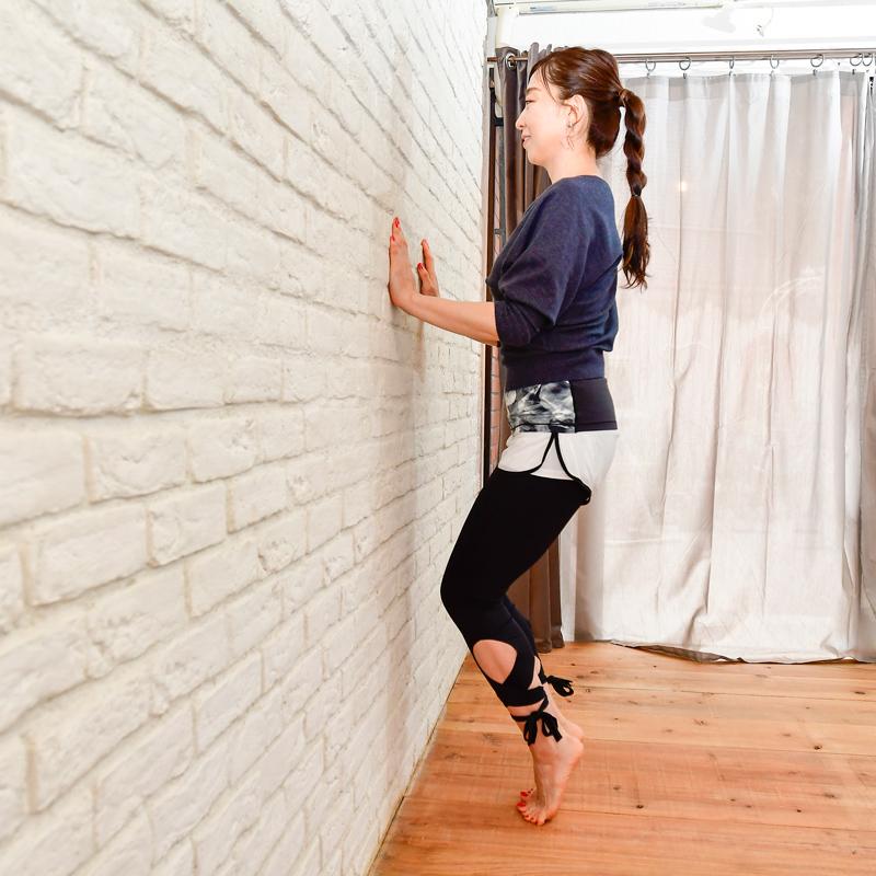 かかとを持ち上げた姿勢(【3】)で、息を吐きながら、ひざを曲げ、息を吸いながら、姿勢を戻す