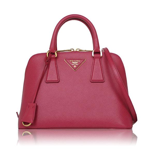 プラダの赤いバッグ