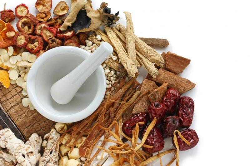 漢方薬の原料と作っているイメージ