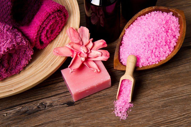 ピンク色のバスソルトがバスルームに置いてある