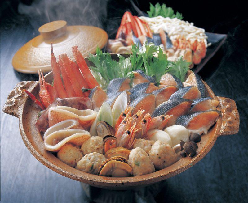 土鍋に鮭がたっぷり入った石狩鍋が煮たっている