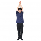 両手を上に上げて重ねて、下腹をへこませるポーズをする男性