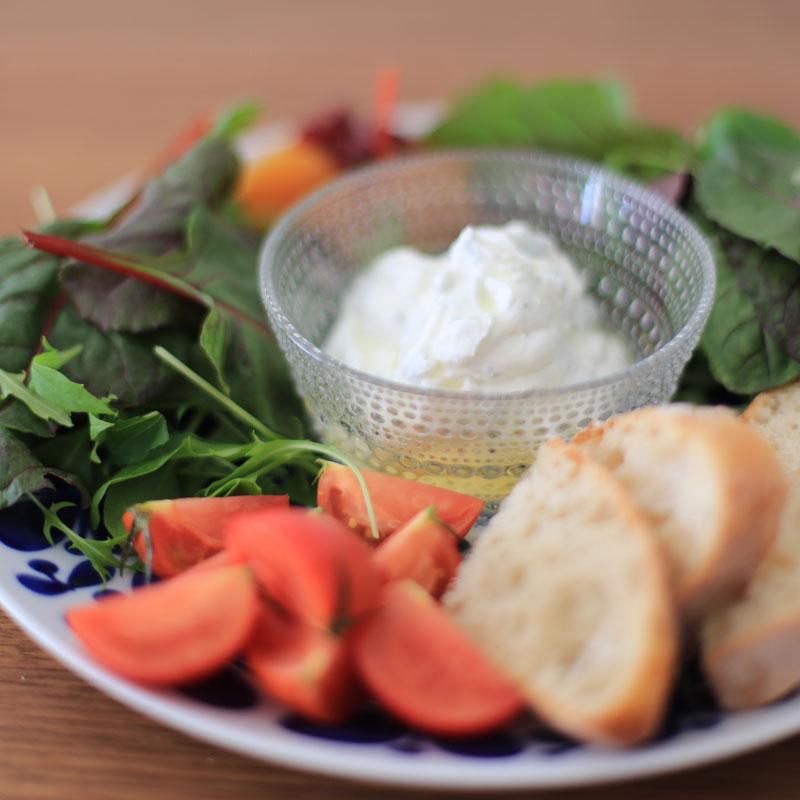 お皿に盛った「ヨーグルトのディップ」と野菜、パン